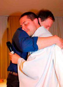 Abrazo fraterno, luego del pedido de mutuo perdón, de un presbítero anglicano y un sacerdote católico romano.