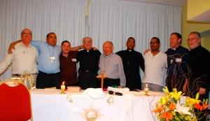 El Padre Alberto en abrazo fraterno con los predicadores de diversas denominaciones cristianas en el VI Retiro Latinoamericano de la VVeD.